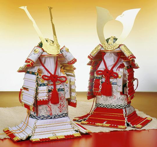 鎧秀作 彫金獅噛白糸威大鎧(左)/鎧秀作 櫛引赤糸威大鎧(右)