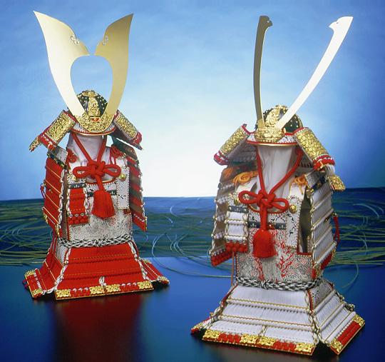 鎧秀作 獅噛春日白糸威大鎧(右)/鎧秀作 櫛引赤糸威大鎧(左)